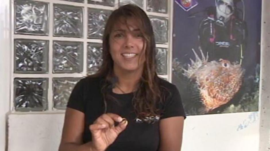 Jessica Cuesta encontró un anillo que se perdió en el mar hace 37 años. (Foto: Infobae)