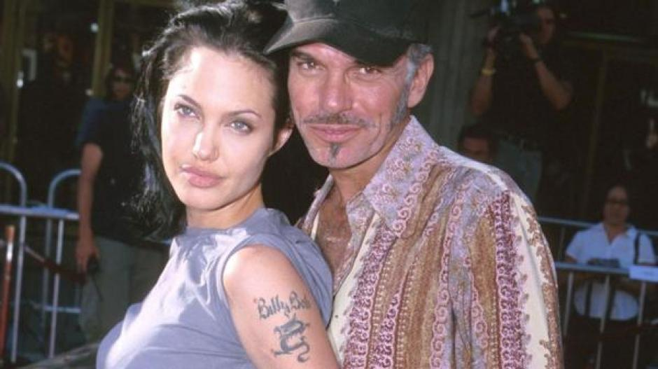 Angelina Jolie también borró el antiguo tatuaje y utilizó las coordenadas de los lugares donde nacieron su hijos para borrar esa mancha de su pasado. (Foto: Infobae)
