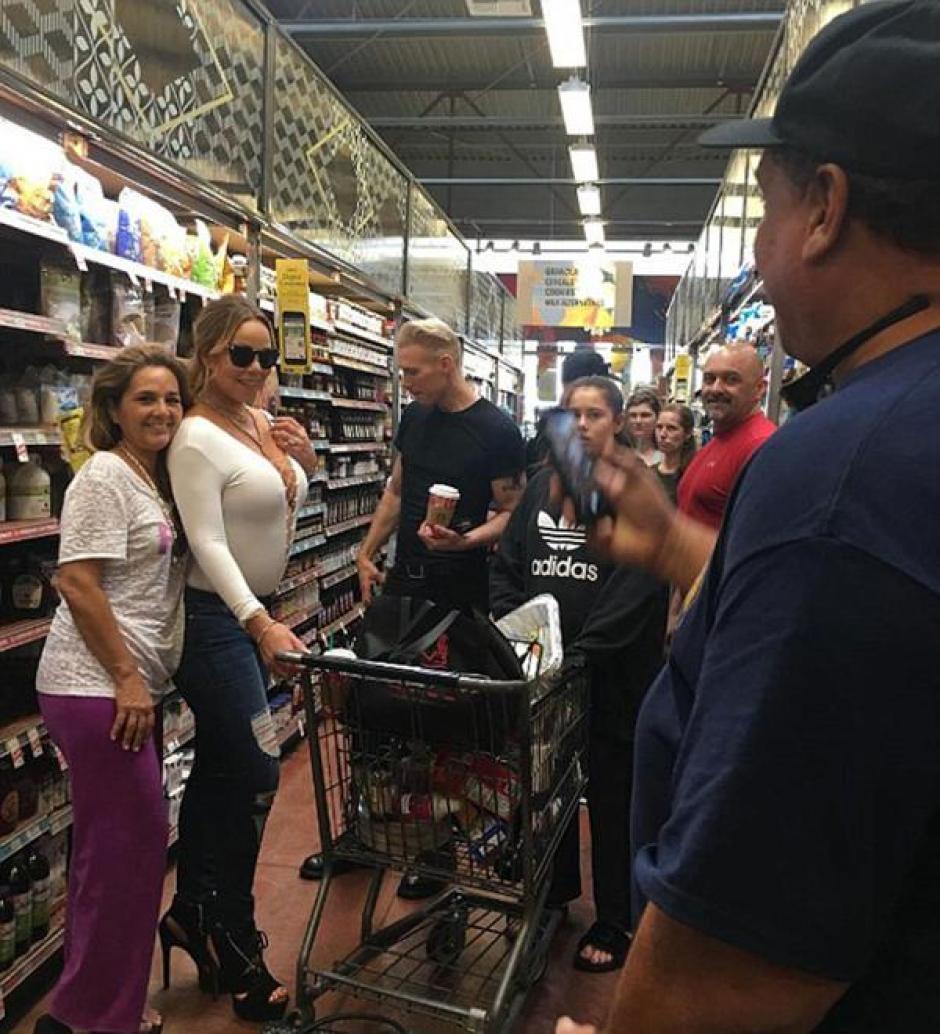Salir de compras no es algo que moleste a Carey, pero se toma fotos con quienes la reconocen. (Foto: Instagram)