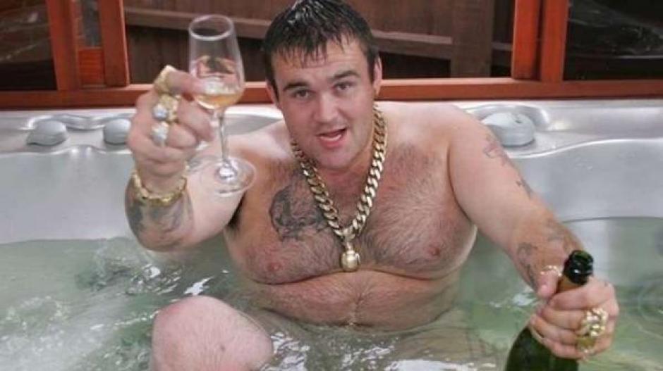 El hombre se gastaba el dinero en sexo, drogas y alcohol. (Foto: Infobae)