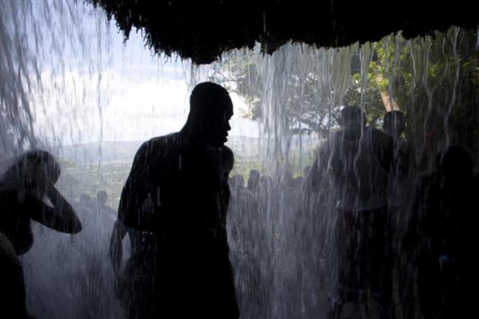 Los rituales mezclan simbología vudú y cristiana. (Foto: Infobae)