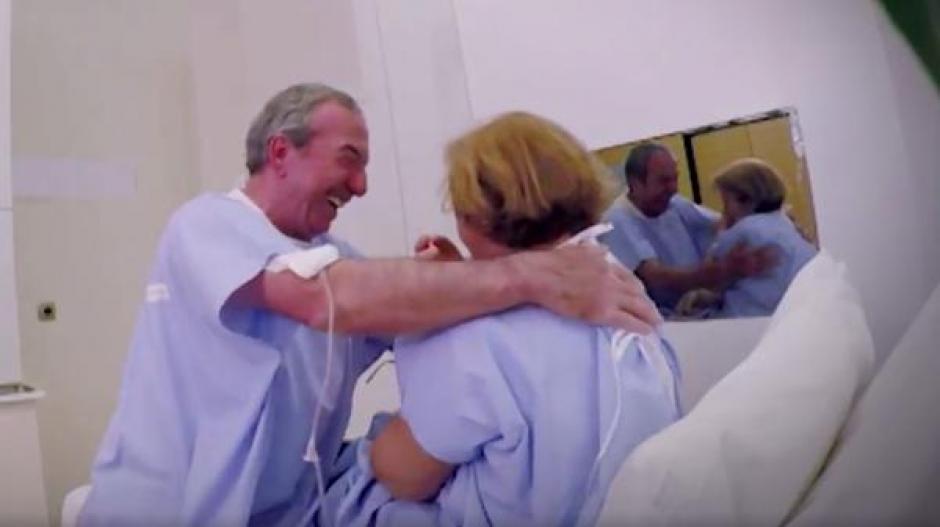 Tras quitarse las vendas, ambos se abrazan y la emoción rebasa a Isabel que no puede creer que Perales haya estado a su lado. (Foto: Infobae)
