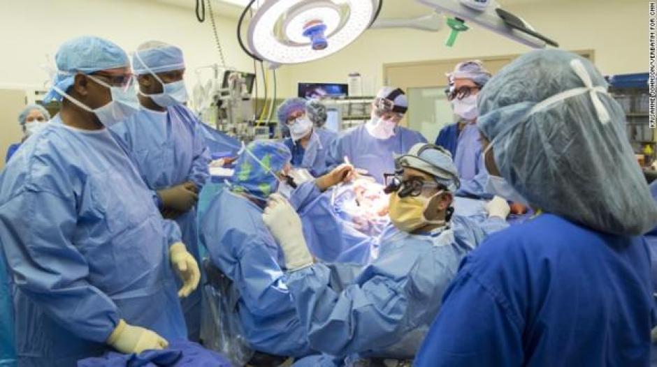El grupo de doctores trabajó por mucho tiempo para realizar la operación. (Foto: Infobae)