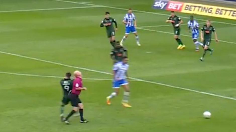 En este momento se dio el impacto entre el jugador y el árbitro. (Foto: Twitter)