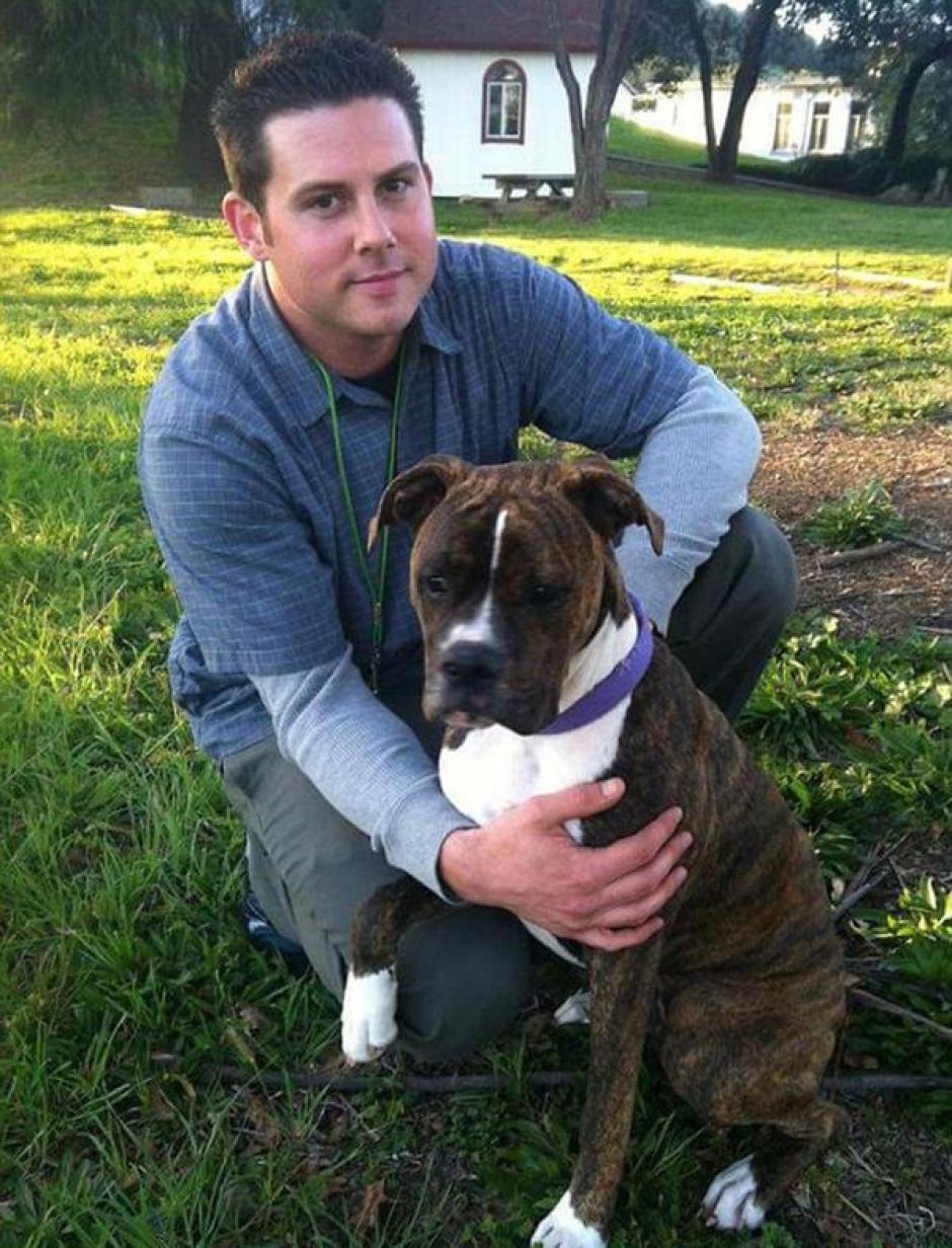 Ryan un joven de 33 años que tiempo atrás rescató y adoptó a Mollie. (Foto: Twitter)