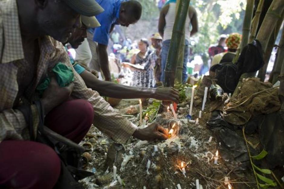 Miles de haitianos participan del ritual en el que se frotan con hierbas aromáticas y jabón. (Foto: Infobae)