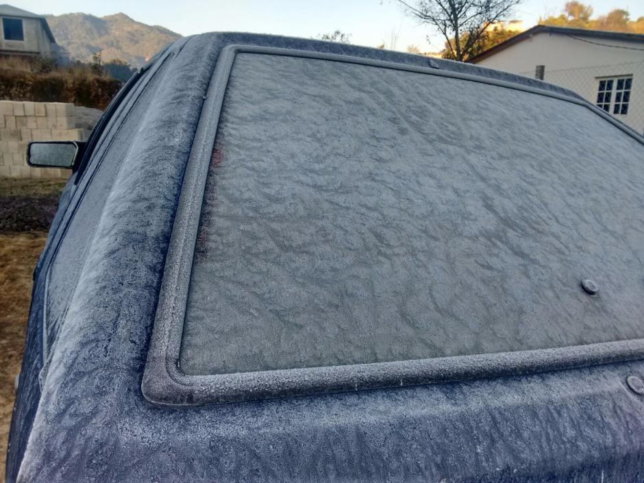 En Quetzaltenango también el fuerte frío provoco escarcha en los terrenos abiertos. (Foto: Byron Bravo/Nuestro Diario)