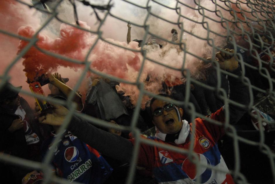 Colorido azul, rojo y blanco en el Mario Camposeco. Los 10 mil 500 boletos puestos a disposición fueron vendidos.(Foto: Nuestro Diario)