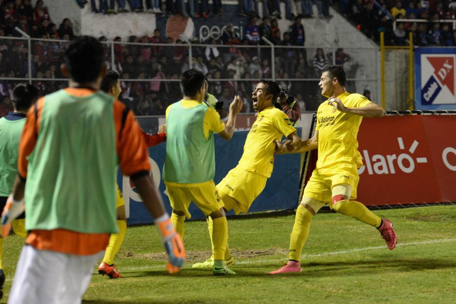 """Tomás Castillo grita a todo pulmón el primer gol del partido en el estadio Mario Camposeco. Con el tanto de Castillo, respiraron los del """"Pecho amarillo"""", y manejaron con más tranquilidad el marcador global. (Foto: Nuestro Diario)"""