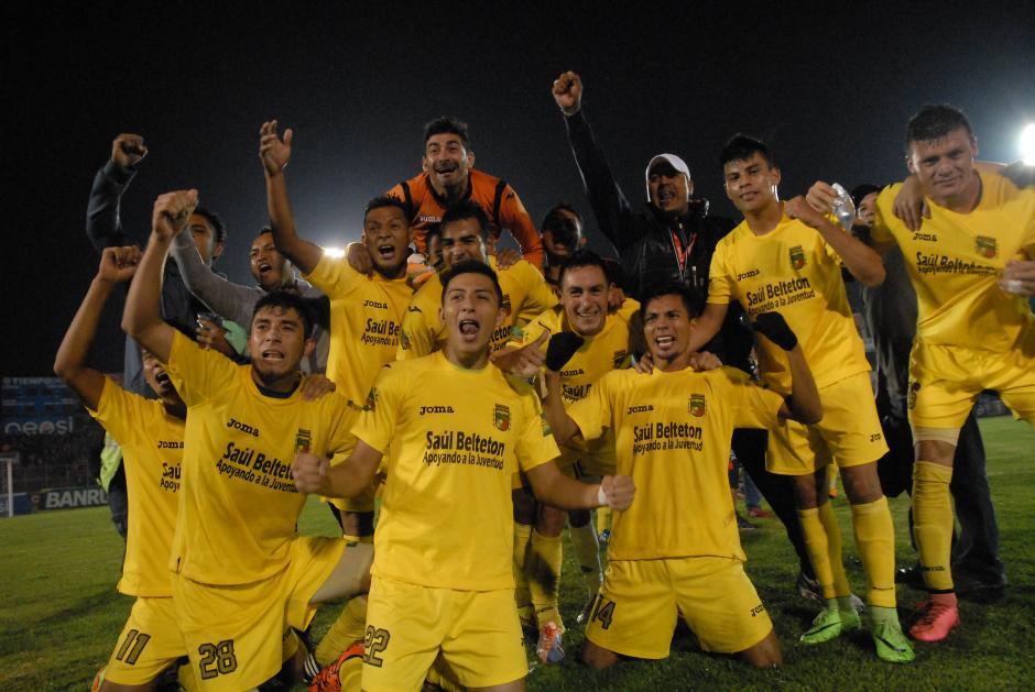 Los jugadores de Guastatoya celebran tras clasificar a la gran final del torneo Apertura. (Foto: Nuestro Diario)