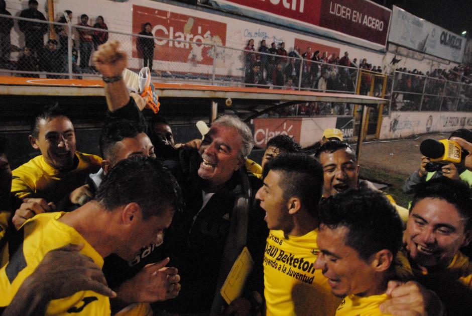 Ariel Sena fue reconocido por el plantel guastatoyano tras la clasificación a la gran final del Torneo Apertura 2015. (Foto: Archivo)