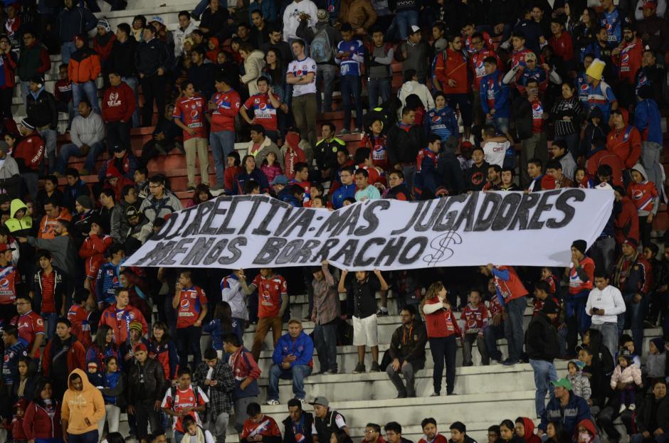 La manta de los aficionados de Xelajú, en los graderíos.  (Foto: Nuestro Diario)