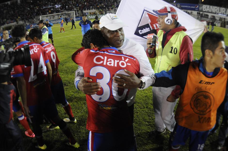Con lágrimas se despidió Hernán Medford de Xelajú, se abrazó con sus jugadores tras el triunfo ante Marquense. (Foto: Nuestro Diario)