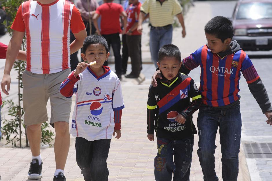 De Barcelona, pero antes son de Xelajú. Estos pequeños lucen sus camisolas.(Foto: Orlando Chile/Nuestro Diario)