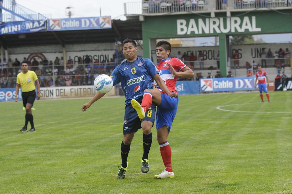 Gerardo Arias y Néstro Jucup pelean un balón en el medio campo.(Foto: Orlando Chile/Nuestro Diario)