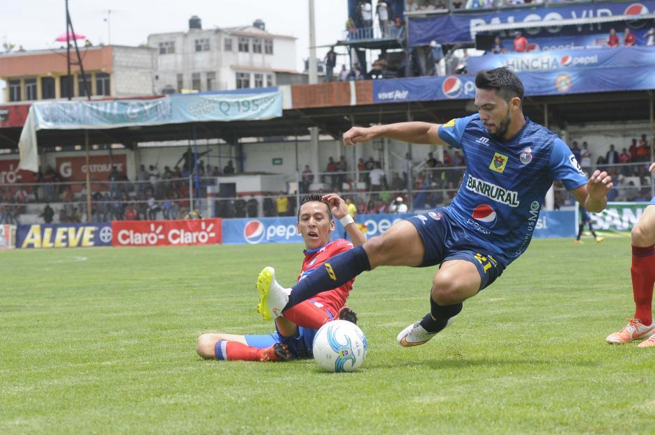 Kevin Arriola despoja del balón a Wilber Pérez, quien salió como titular en los rojos. Los chivos se quedaron con los tres puntos en casa. (Foto: Orlando Chile/Nuestro Diario)