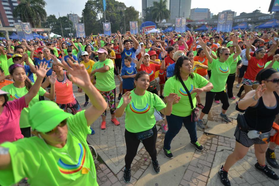 Con zumba, los participantes hicieron un calentamiento previo a la carrera. (Foto: Wilder López/Soy502)
