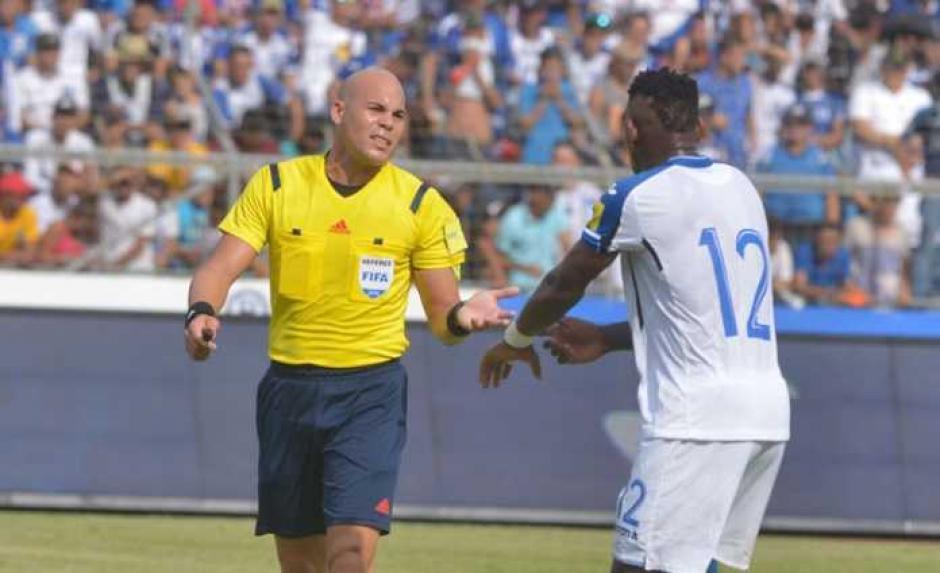 Los hondureños recriminaron al árbitro panameño Yadiel Martínez. (Foto: Twitter)