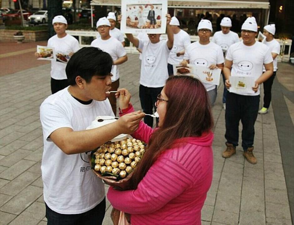 El futuro matrimonio es amante de los dulces y demás postres. (Foto: sopitas.com)