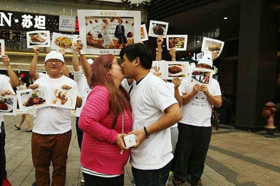 La chica, con 80 libras más de peso, se mostró feliz. (Foto: sopitas.com)