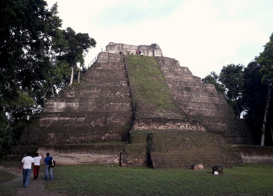 'El templo de las manos rojas' es la estructura más alta del parque. Es un ícono en la zona. (Foto: Javier Lainfiesta/Soy502)