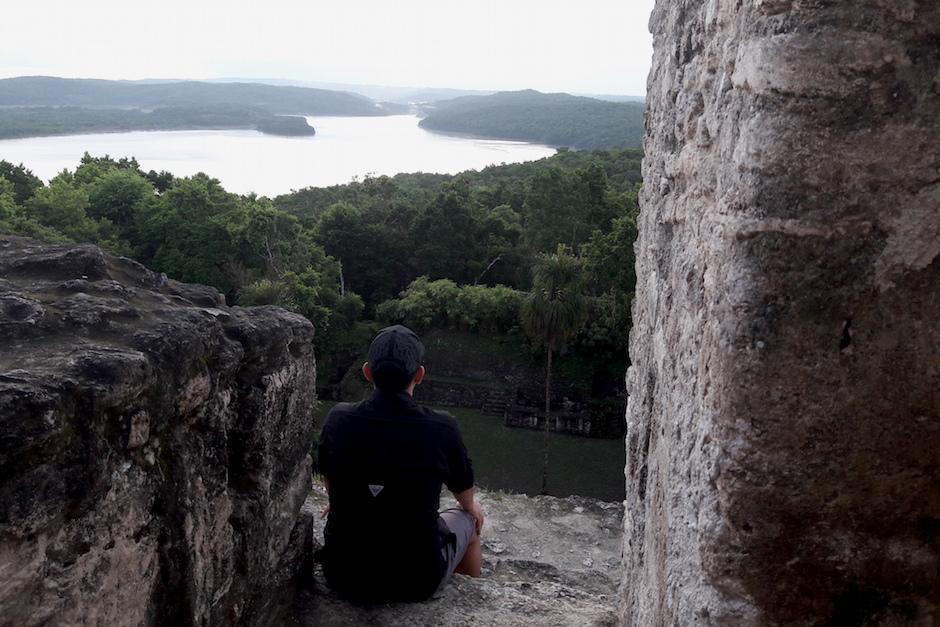 La vista desde lo alto del templo ofrece una panorámica de la laguna y todo el parque.  (Foto: Javier Lainfiesta/Soy502)