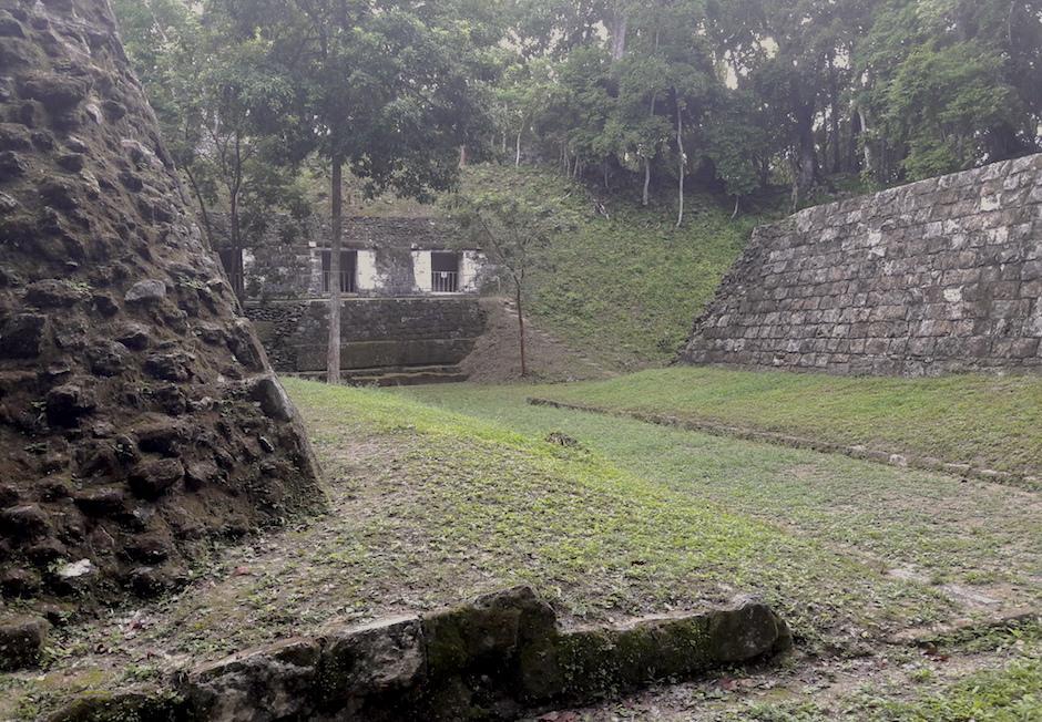 Yaxha es otra ciudad maya ubicada dentro del parque. Esta es una cancha de pelota maya. (Foto: Javier Lainfiesta/Soy502)