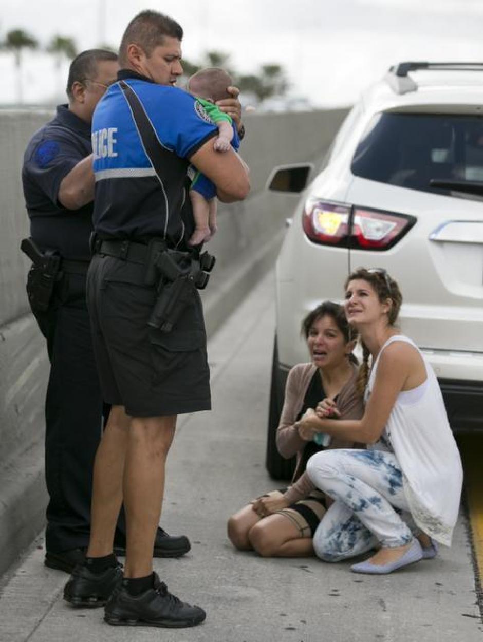 El oficial Amauris Bastidas llegó para ayudar a trasladar al bebé