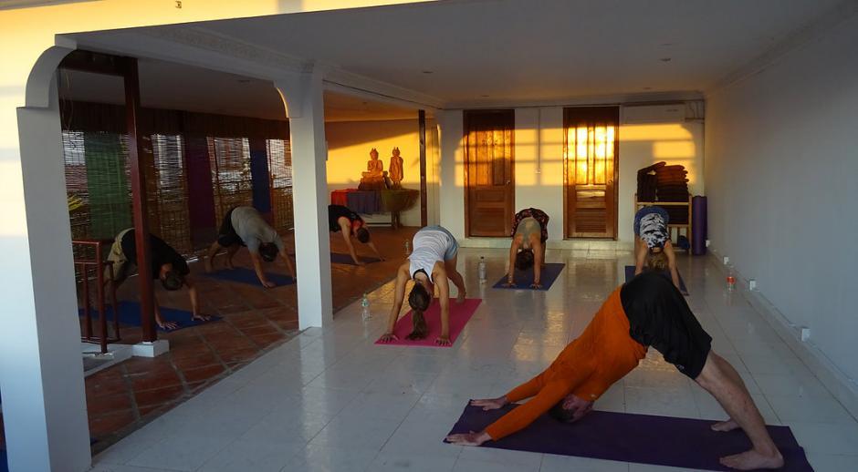 Si sabes hacer yoga, en Camboya puedes dar clases durante el voluntariado. (Foto: Ahimsa Academy)