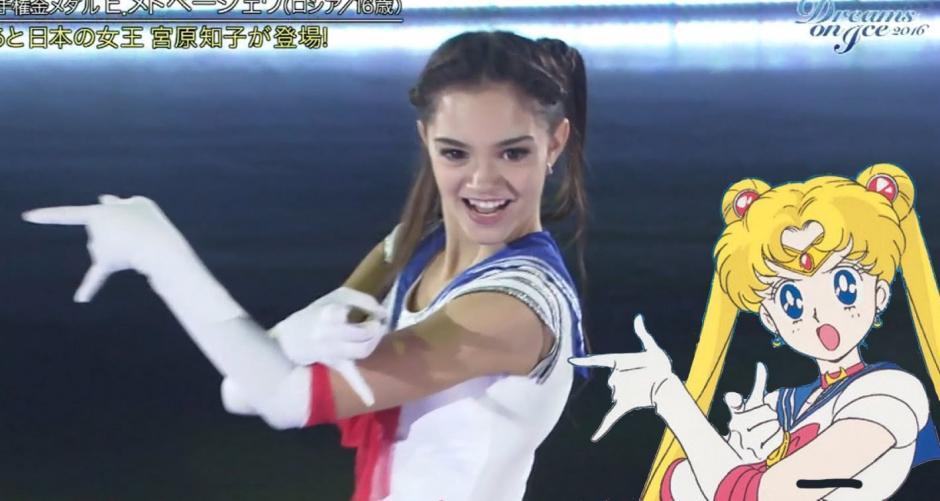 """Evgenia Medvedeva se vistió como """"Sailor Moon"""" durante una presentación en Japón. (Foto: YouTube)"""