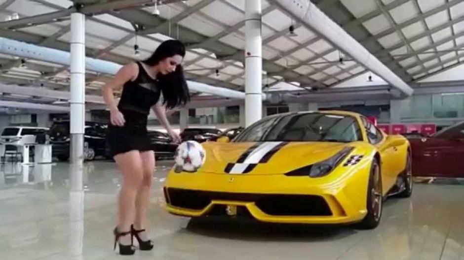Raquel Benetti es una atractiva modelo brasileña con un gran dominio del balón. (Imagen: Captura de pantalla)