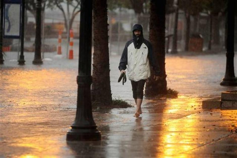 Zach Stadelman camina descalzo en una calle inundada en Carolina del Sur ( elnuevoherald.com)