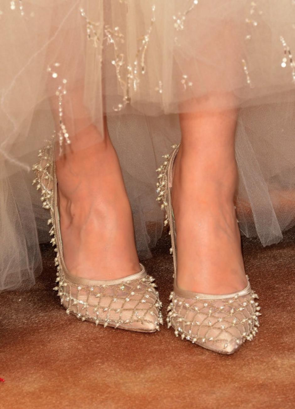 Los zapatos en punta con detalles de pedrería de Zooey Deschanel son muy elegantes, aunque la apuesta en su vestido no haya sido muy acertada. (Foto: Google)