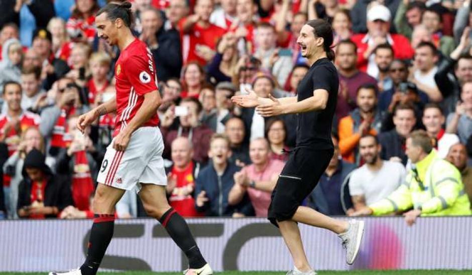 """Zlatan fue sorprendido por un aficionado """"muy parecido"""" a él. (Foto: Twitter)"""