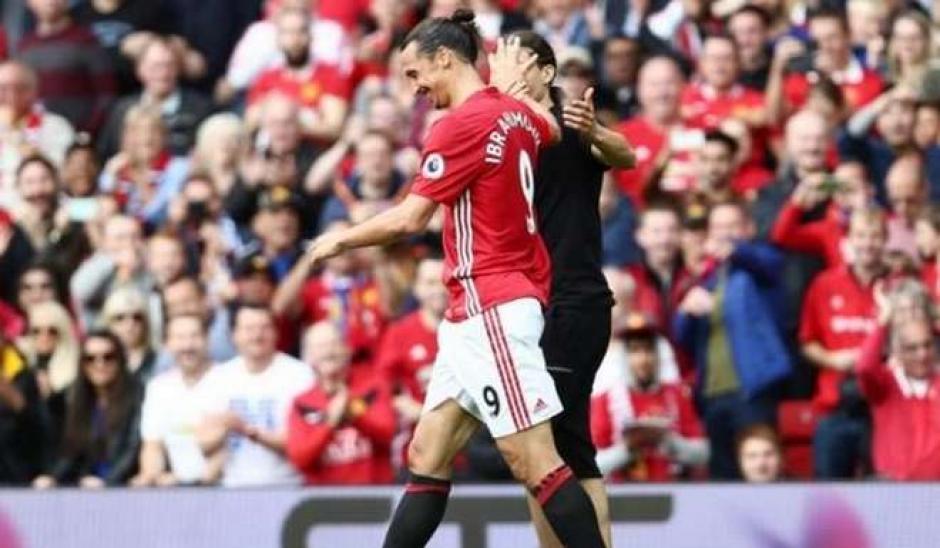 """El """"clon"""" de Ibrahimovic se metió a la cancha a saludarlo. (Foto: Twitter)"""