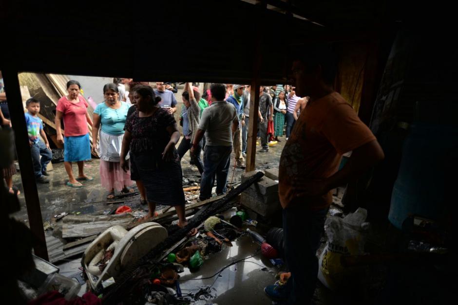 Las personas buscan recuperar algunas pertenencias. (Foto: Wilder López/Soy502)