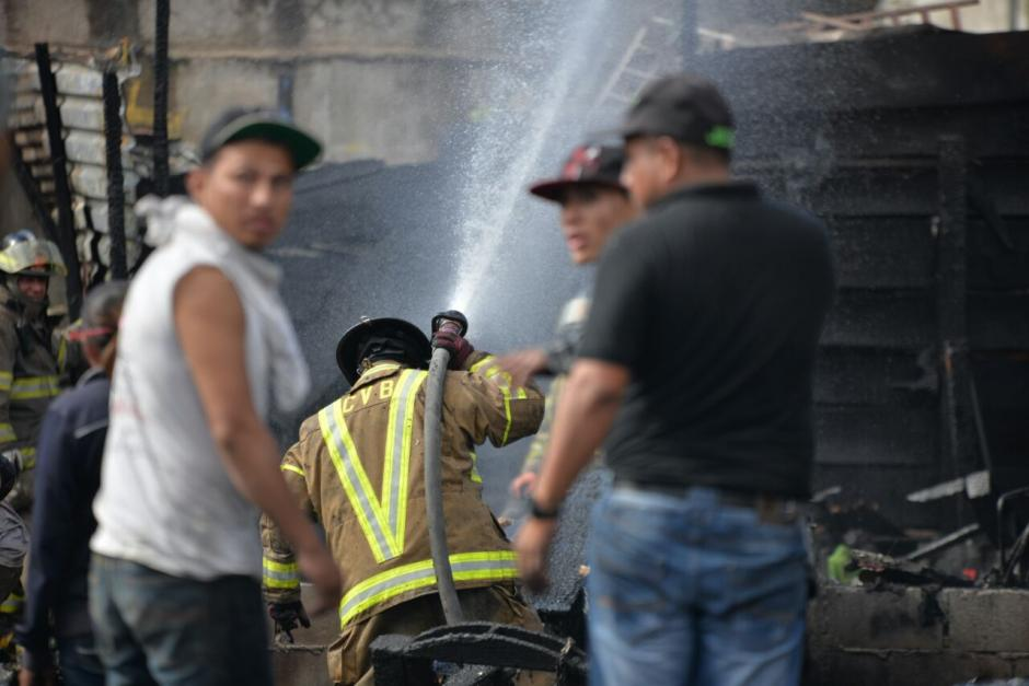 Bomberos Voluntarios trabajaron por dos horas para controlar el fuego. (Foto: Wilder López/Soy502)