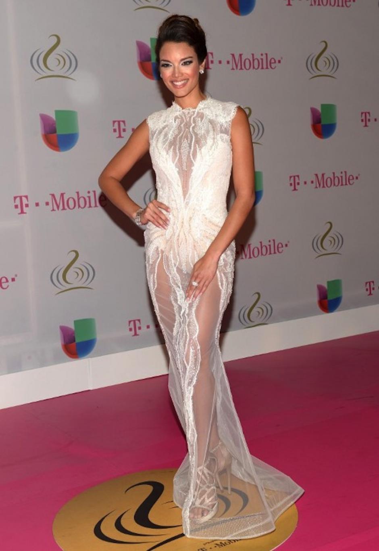 Zuleica Rivera eligió la transparencia. El vestido blanco de encaje reveló sus largas piernas. (Foto: AFP)