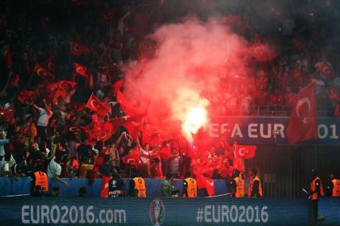 ¿Dónde se metió la bengala este aficionado de la Eurocopa?