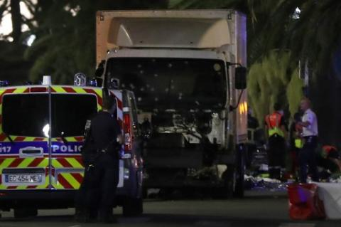 El dramático video del camión que embistió a una multitud en Niza