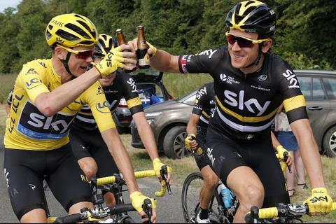 Chris Froome celebra con cerveza en plena etapa del Tour de Francia