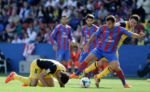El Atlético cae ante el Levante y le da vida al Real Madrid