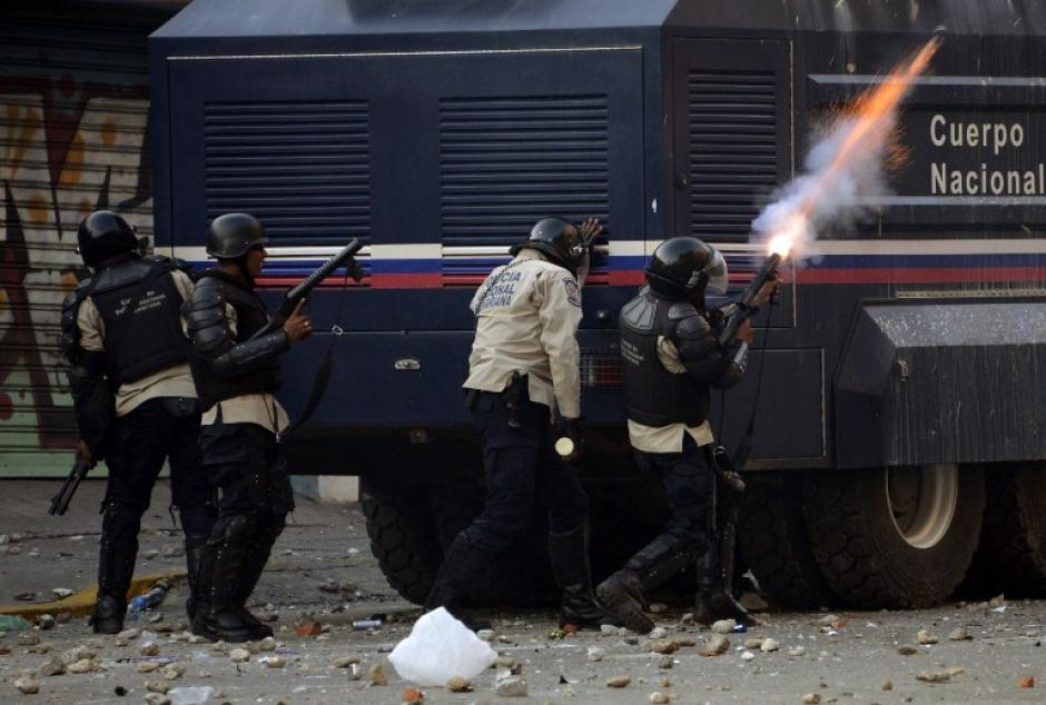 """Maduro llama a """"manifestar por la paz"""" pero la violencia continúa"""