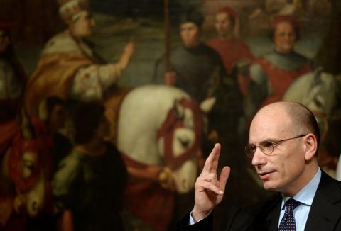 El primer ministro italiano Enrico Letta anuncia su dimisión