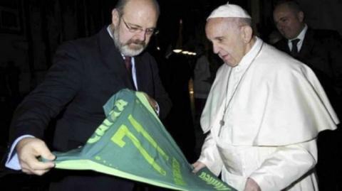El Papa Francisco recibe la camiseta del Chapecoense