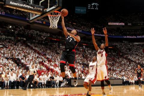 Lowry pone a Toronto delante de Miami en playoffs de la NBA