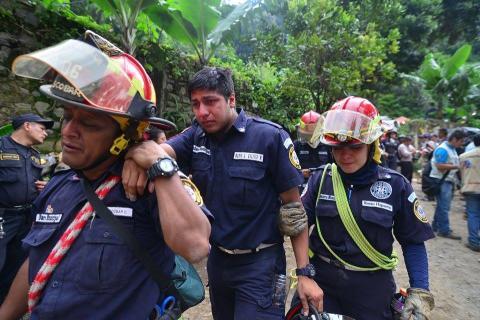 Bomberos lloran al encontrar el cuerpo de su compañera en El Cambray