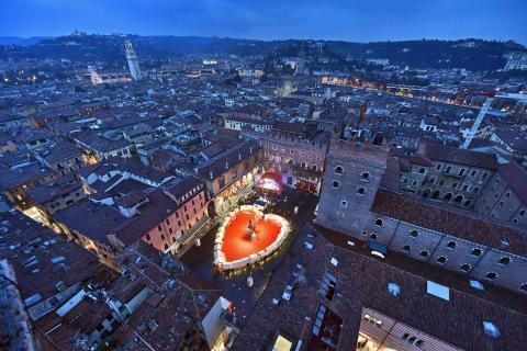Verona celebró el Día del Cariño con beso público de un minuto