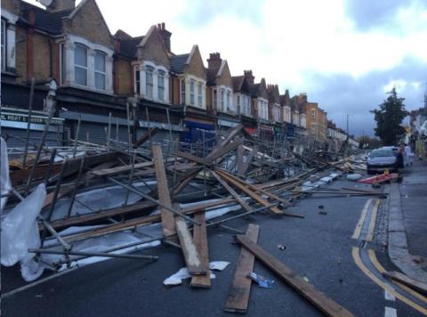 Ascienden a tres los muertos por temporal en el Reino Unido