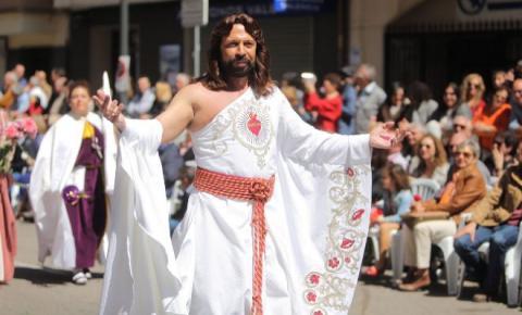 Multan a Jesús Resucitado por enseñar un hombro durante desfile